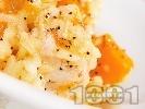 Рецепта Задушена варена тиква с ориз, лук, масло и шафран в тенджера